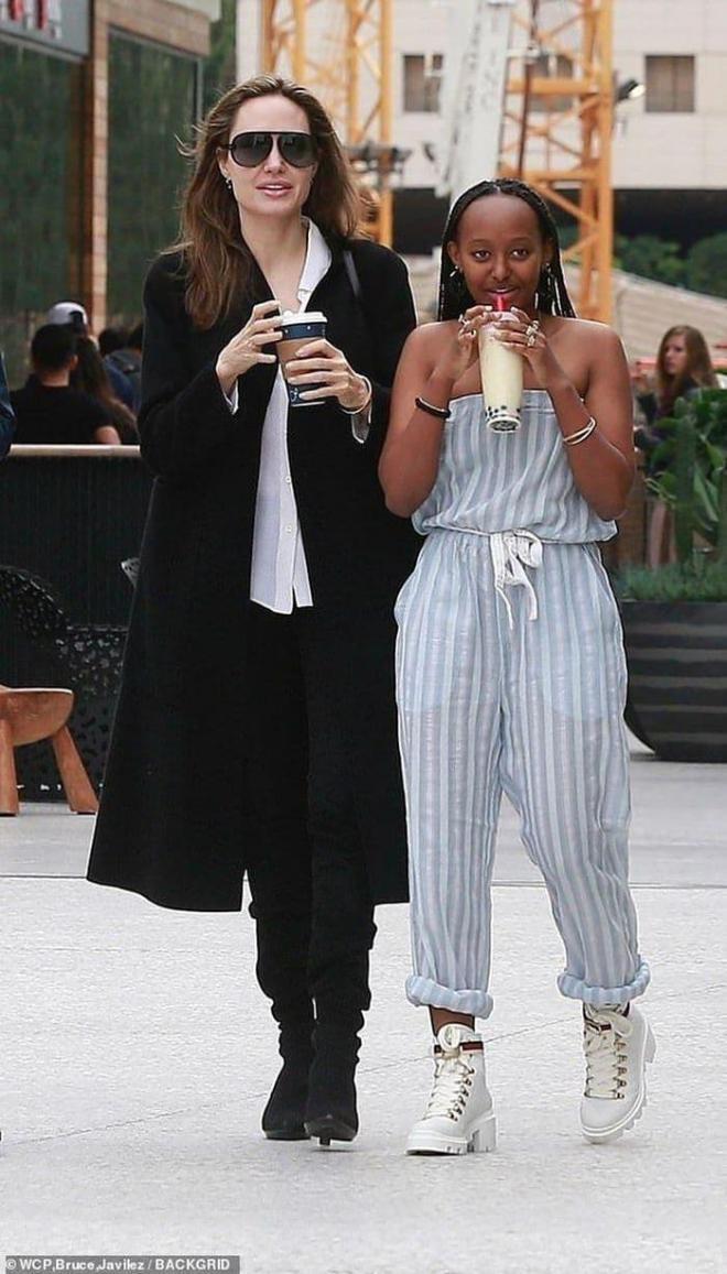 Là con gái của Angelina Jolie nhưng Zahara vẫn bj kỳ thị bởi màu da, đến cả y tá chăm sóc cũng tỏ ra khinh miệt 3
