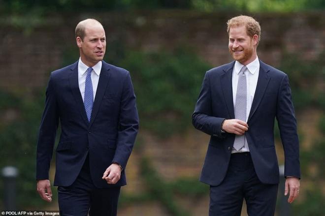 Cuốn sách của Harry châm ngòi lửa giận Hoàng gia, Nữ hoàng có thể sẽ rút lại lời mời đến Anh cho hai vợ chồng  3