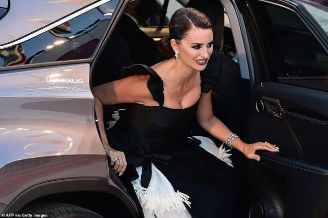 Thảm đỏ LHP Venice: Bạn gái Ronaldo diện áo trễ nải để khoe vòng cổ kim cương cỡ 'khủng', tình cũ Tom Cruise đẹp rực lửa ở tuổi U50 0