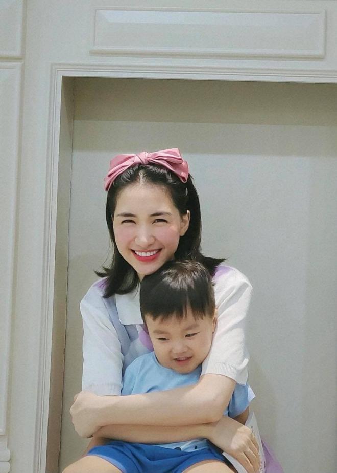Hòa Minzy và con trai 1