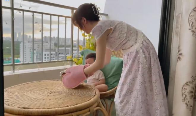 Hòa Minzy và con trai 0