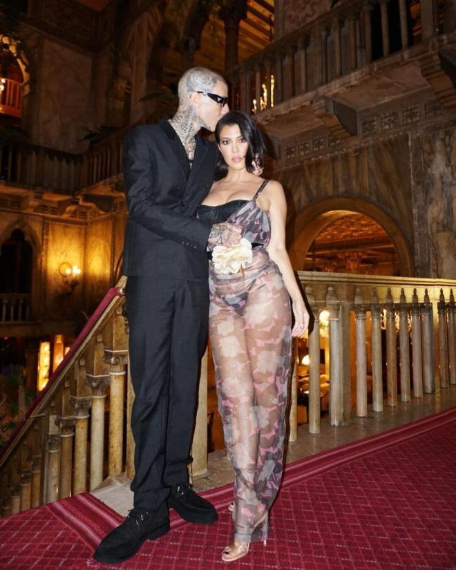 Chị gái Kim Kardashian đọ sắc với 'bom sex' Megan Fox khi tạo dáng trong bộ ảnh nội y mới 1
