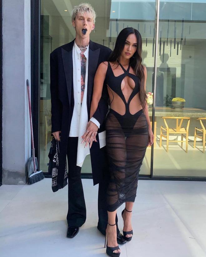Chị gái Kim Kardashian đọ sắc với 'bom sex' Megan Fox khi tạo dáng trong bộ ảnh nội y mới 2