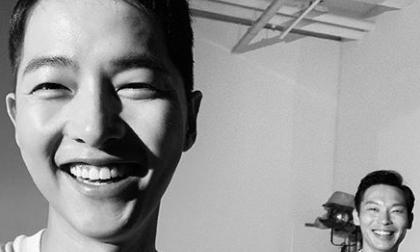 Song Joong Ki xuất hiện với diện mạo mới toanh bên cạnh nhân vật đặc biệt